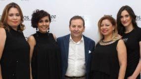 Roberto Corti Pérez junto a las invitadas a la presentación  de   Nee Make Up Milano.