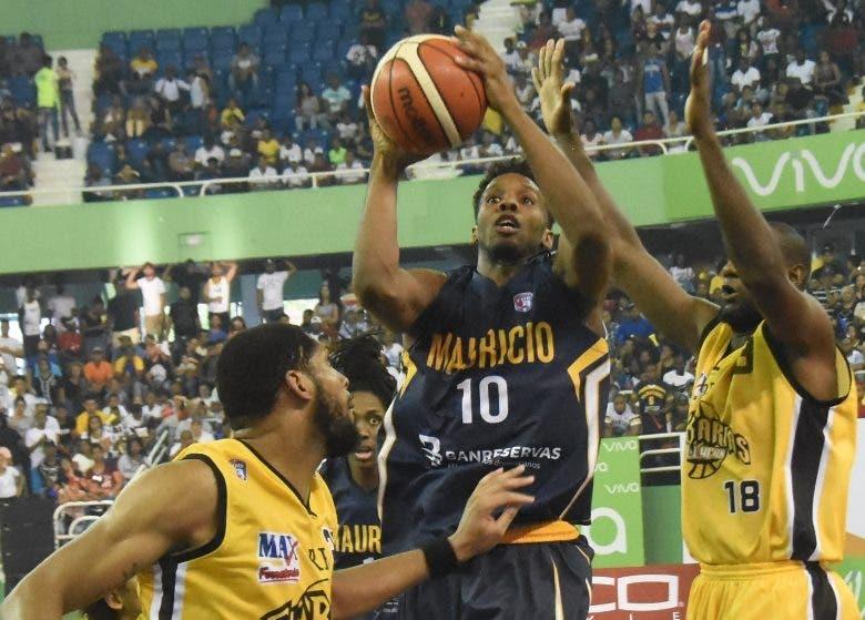 Gerardo Suero hace ofensiva en tercer juego  .  ALBERTO  CALVO