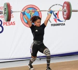 Georgina Silvestre hace un envión en su competencia en el Campeonato Panamericano.