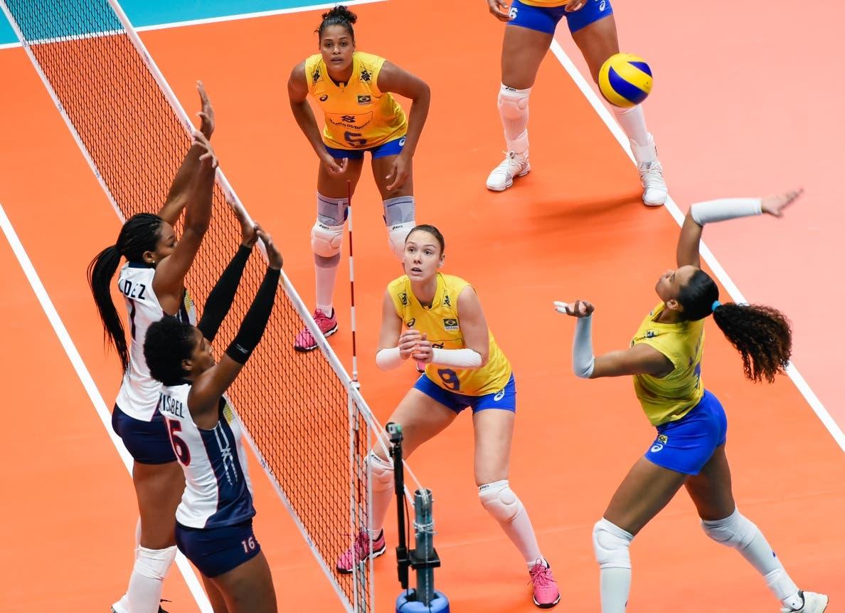 Rosamaría Montibeller, de Brasil, logra un buen remate.