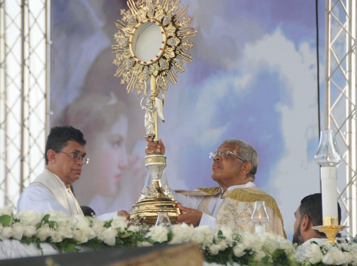 La procesión finalizó con una misa celebrada   en el Faro a Colón. nicolás  monegro