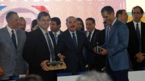 Representantes del consorcio Poma entregaron  a  Medina    una cabina en miniatura y  una muestra de  cable.  nicolás monegro