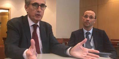 Ramón  Jáuregui   conversa con periodistas acompañado de Antonio León, oficial de prensa de la Unión Europea.  fuente externa
