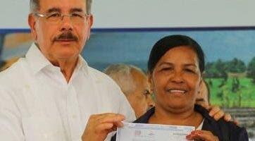 Danilo Medina benefició a  una mujer.  fuente externa