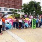 Las damas vociferaban consignas en las afueras del Congreso. Foto: Degnis De León.