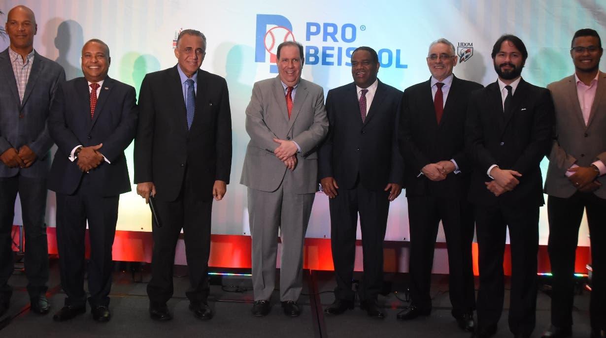 El empresario Felipe Vicini, centro, junto a los miembros del proyecto Pro-Béisbol.  Alberto Calvo