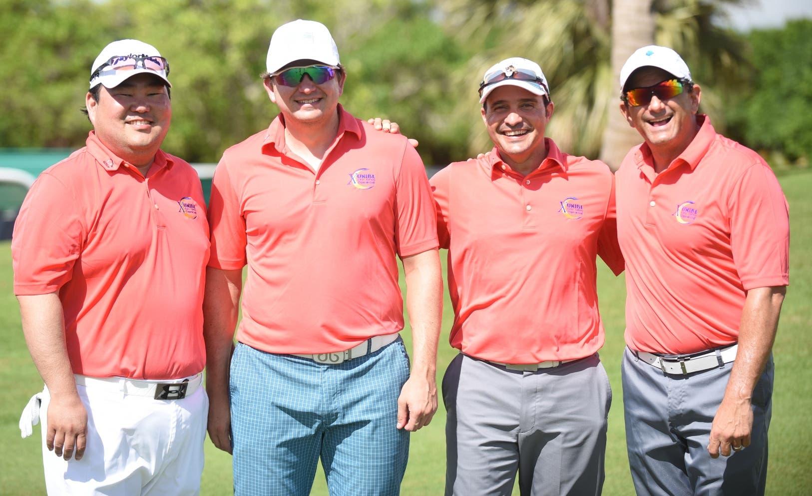 Los campeones, Ho Jin Kang y Stephany Kim, al centro,  junto a Rafael Villalona y Enrique Valverde, de la  Fedogolf.