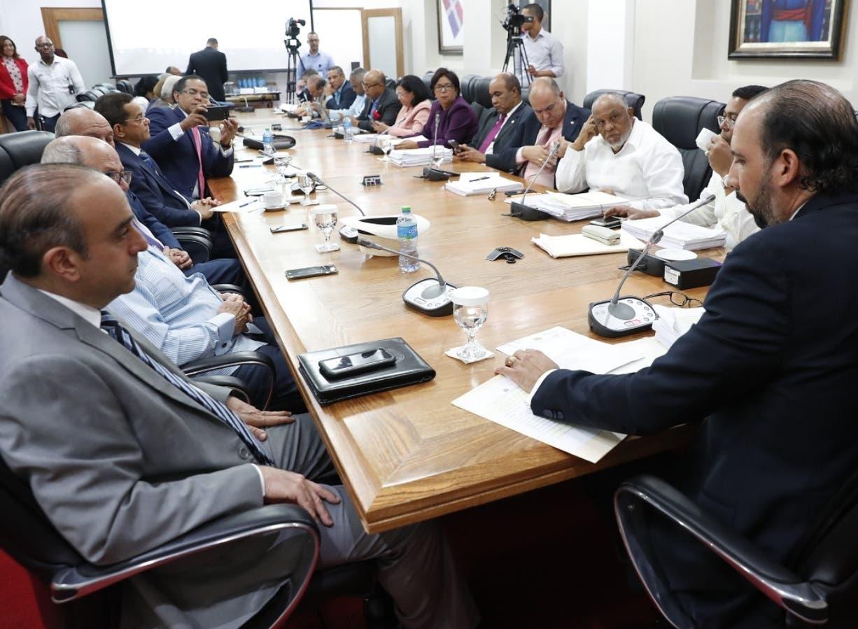 Miembros de comisión especial que estudia los diferentes aspectos de la ley de partidos. Foto de archivo.