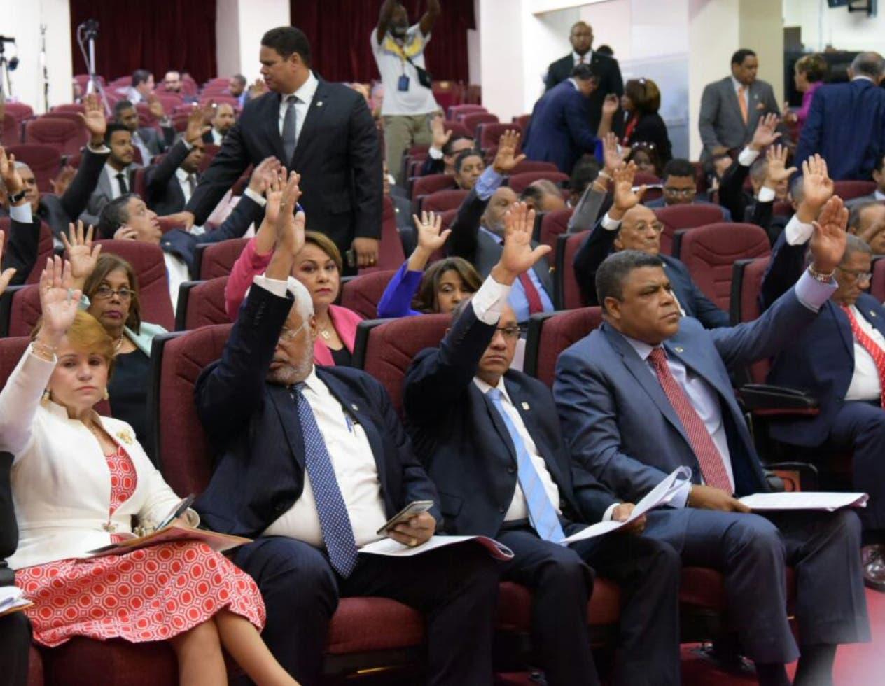 Momentos en que el pleno vota para  enviar  el proyecto ley de partidos  a una  comisión especial.