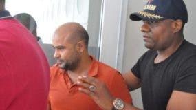 En el centro, Epifanio Arias mientras era conducido por agentes de la Policía.  fuente externa.