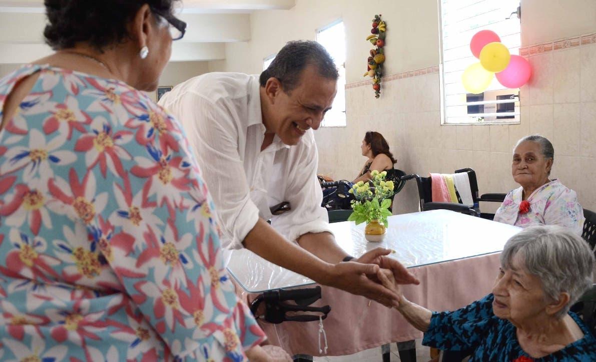 Gloria y su hijo Francisco Fiorineli Heureaux  departiendo con María Toribio .  J.  DE LEóN