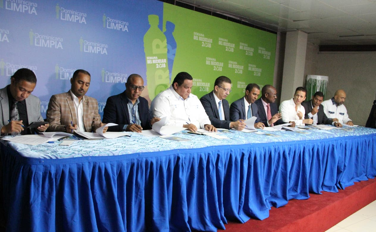 Domingo Contreras junto autoridades y alcaldes.  Externa