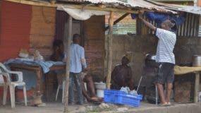 Los residentes en el distrito municipal de San Luis carecen de los más elementales  servicios básicos  en la zona   .  Ana MÁrmól