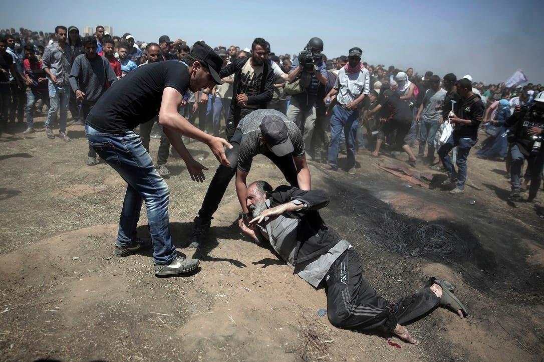 1. Un anciano cae tras ser alcanzado por los disparos israelíes.