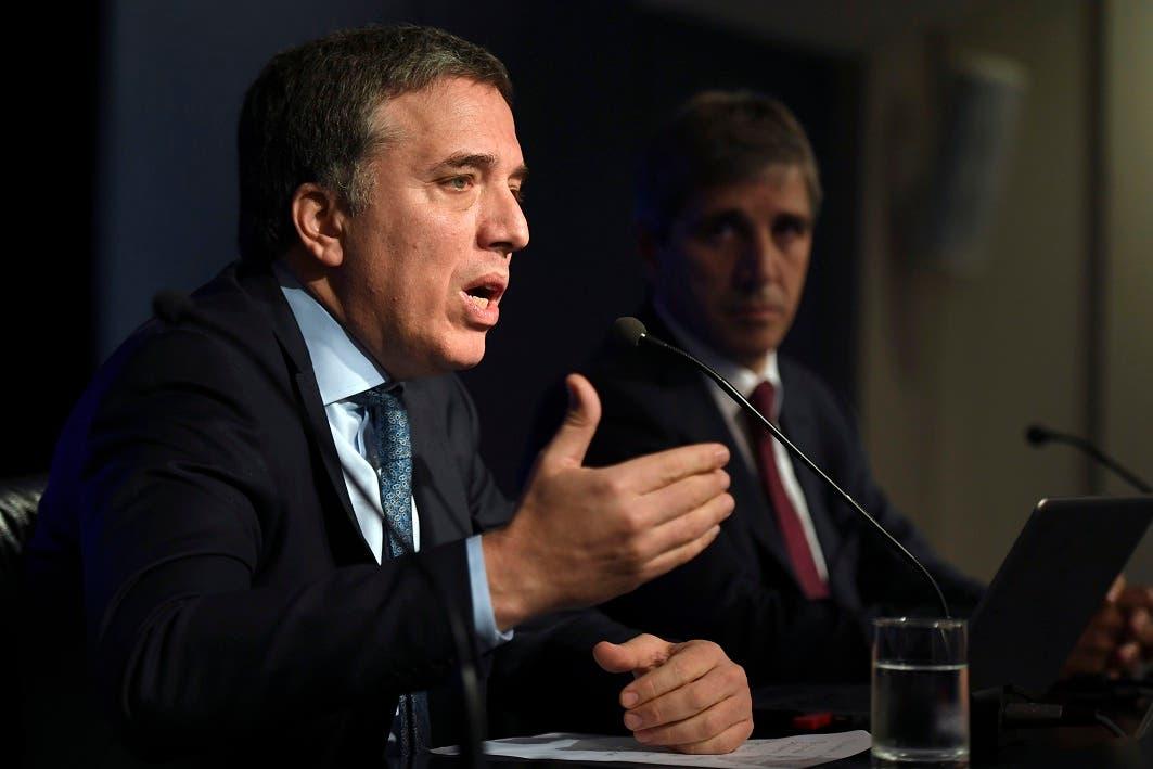 Los ministros del Tesoro, Nicolas Dujovne (izq.) y de  Finanzas, Luis Caputo, ofrecen detalles de la decisión durante una rueda de prensa de Buenos Aires.