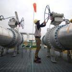 El barril de petróleo Brent, de referencia en Europa, llegó a cotizar en 77,42 dólares durante una sesión que cerró en 77,21 dólares -una subida del 3,15 %-, mientras que el intermedio de Texas (WTI) cerró en 71,14 dólares.