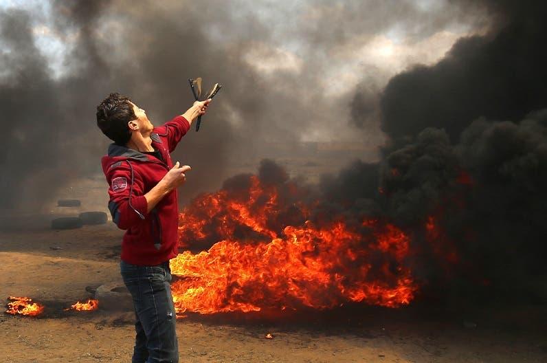 6. Como  en los tiempos de David y Goliat, este joven palestino enfrenta con un tirapiedras a los soldados israelíes armados con armas de fuego.