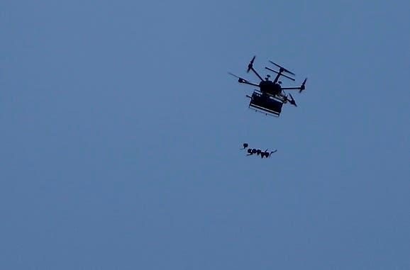 8. Un dron israelí lanza bombas lacrimógenas contra los manifestantes.