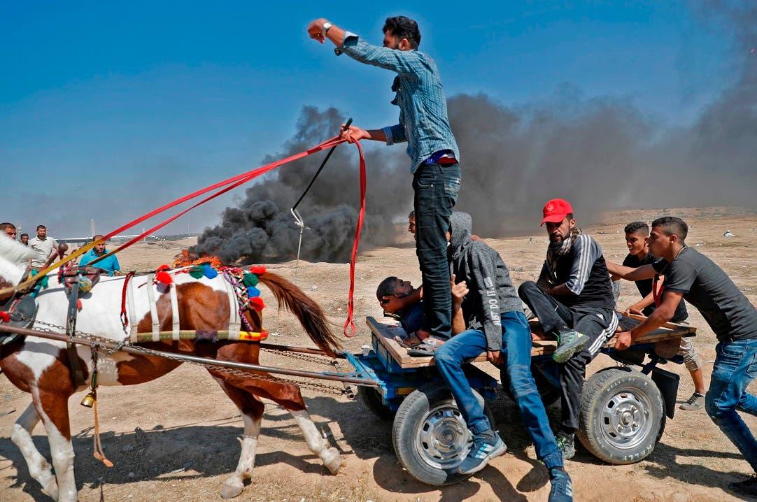 9. Heridos cargados en una carreta.