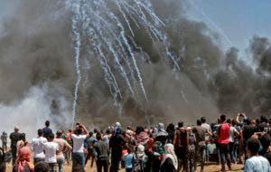 Lluvias de bombas lacrimógenas fueron lanzadas contra los palestinos.