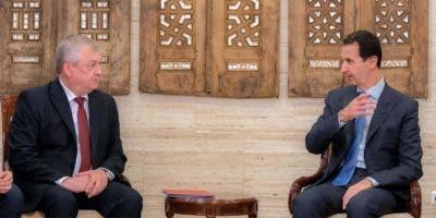 El presidente de Siria, Bashar al-Assad (derecha) y el enviado especial del presidente Ruso, Alexander Lavrentiev, en Damasco. Rusia también ha sido un aliado clave de Assad desde el inicio de su campaña aérea en 2015.