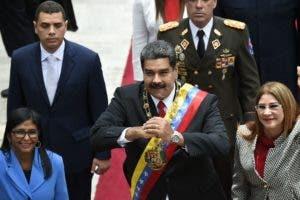 Nicolas Maduro (C), su esposa Cilia Flores (derecha) y la presidenta de la Asamblea Nacional Constituyente, Delcy Rodriguez .