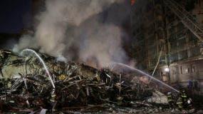 Bomberos trabajan entre los escombros de un edificio que se incendió y derrumbó en Sao Paulo, Brasil, martes 1 de mayo de 2018. (AP Foto/Andre Penner)