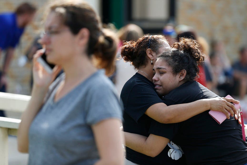 La estudiante Guadalupe Sanchez, de 16 años, llora en los brazos de su madre,  Elida Sanchez, en un punto de reunión, tras el tiroteo.