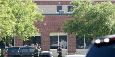 """El comisario del condado de Harris, Ed González, dijo que """"podría haber entre ocho y 10 víctimas fatales"""" en el tiroteo el viernes por la mañana en la escuela secundaria Santa Fe, unos 48 kilómetros al sureste de Houston."""