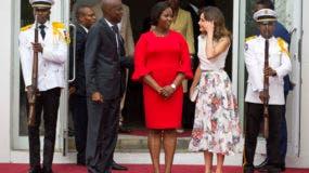 El presidente de Haití, Jovenel Moise, desde la izquierda, y la primera dama, Martine Moise, reciben a la reina Letizia Ortiz, en el Palacio Nacional de Puerto Príncipe, Haití. AP