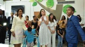 """Ángel Ramírez (derecha) mientras interpretaba la canción """"Por Amor"""" a la Reina Letizia. Le observa también la primera dama Cándida Montilla de Medina. Foto: David Ruiz."""