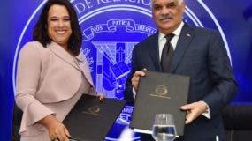 Canciller  Miguel Vargas y la presidenta de Centrocámara-RD, Isabel Estévez