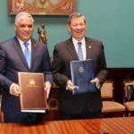 El canciller Miguel Vargas y su homólogo uruguayo Rodolfo Nin Novoa tras la firma del Memorándum
