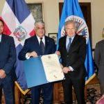 Canciller Miguel Vargas recibe reconocimiento al merengue de manos de Luis Almagro, secretario general OEA. De izquierda a derecha, Gedeón Santos, embajador dominicano ante la OEA: y Andrés González, presidente Consejo Permanente OEA.