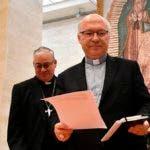 Los miembros de la Conferencia del Episcopado de Chile, Luis Fernando Ramos Perez (derecha) y Juan Ignacio Gonzalez durante la rueda de prensa en El Vaticano donde anunciaron la decisión de todos los obispos chilenos de renunciar tras los escándalos de abusos sexuales.