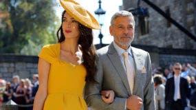 Amal Clooney, izquierda, y George Clooney  llegan a la boda del príncipe Enrique y Meghan Markle en la Capilla de San Jorge, en el Castillo de Windsor, el sábado 19 de mayo del 2018. (Gareth Fuller/pool photo via AP)
