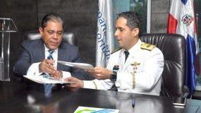 El director del Departamento Aeroportuario, Marino A. Collante Gómez y el director general del Cuerpo Especializado de  Seguridad Turística, general de brigada Piloto Juan Carlos Torres Robiou, firmaron el convenio.