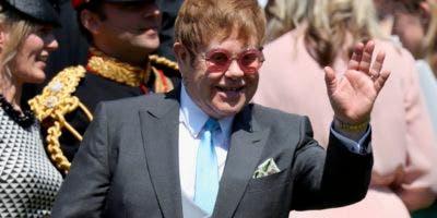 El cantante y compositor británico Elton John saluda con la mano después de asistir a la ceremonia nupcial del príncipe Harry, Duque de Sussex y la actriz estadounidense Meghan Markle en la Capilla de San Jorge, Windsor Castle, en Windsor, el 19 de mayo de 2018. / AFP