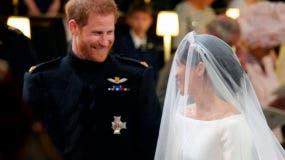 El príncipe Enrique de Inglaterra mira a su novia, Meghan Markle, durante la ceremonia de su boda en la Capilla de San Jorge, en el Castillo de Windsor, el sábado 19 de mayo del 2018. (Gareth Fuller/pool photo via AP)