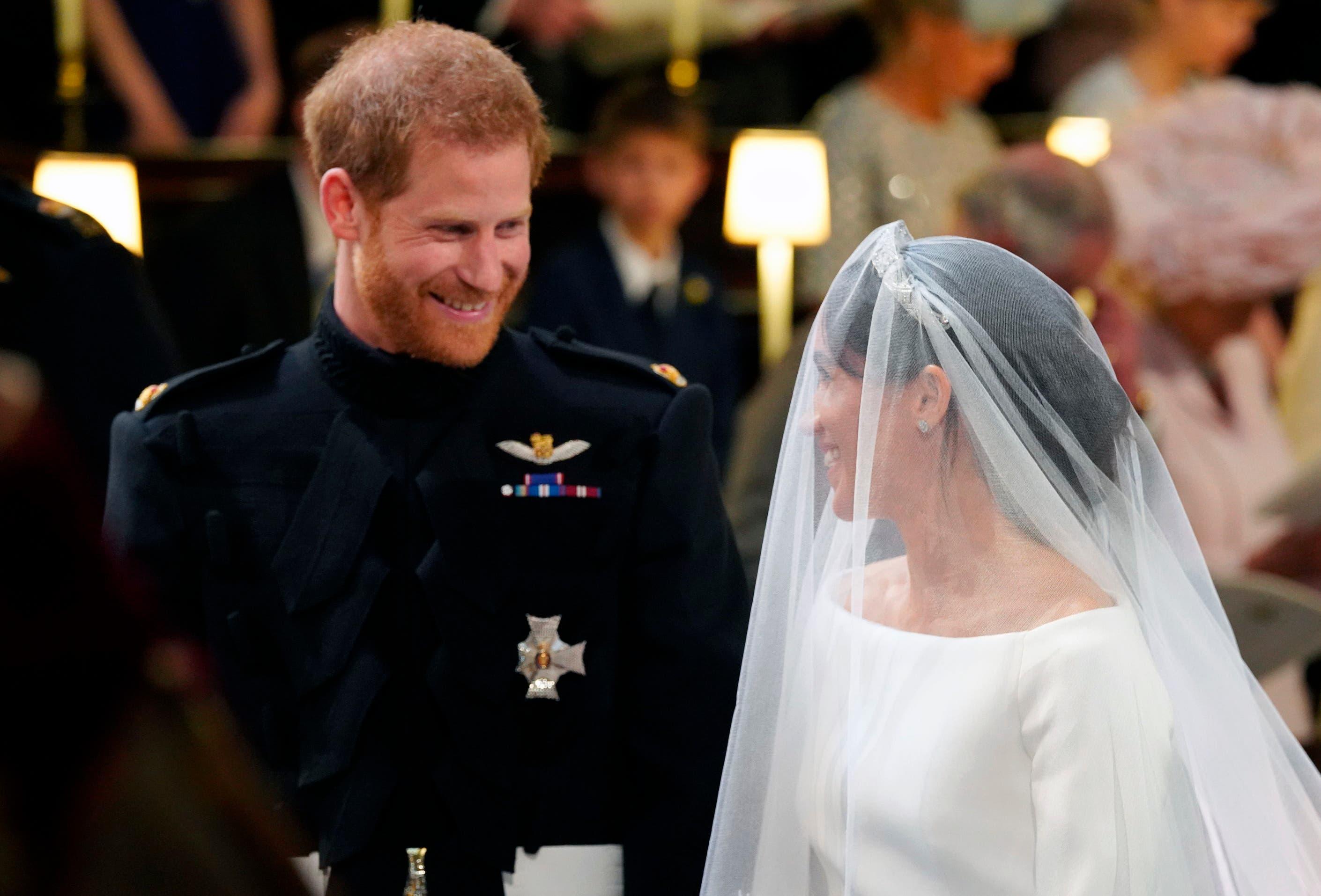 7. El príncipe Enrique de Inglaterra mira a su novia, Meghan Markle, durante la ceremonia de su boda en la Capilla de San Jorge, en el Castillo de Windsor, el sábado 19 de mayo del 2018. (Gareth Fuller/pool photo via AP)