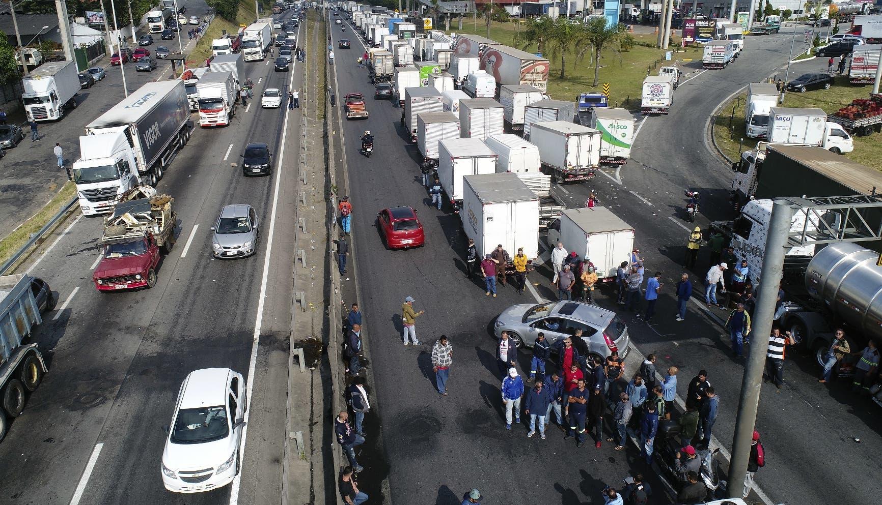 Camioneros bloquean una carretera federal que conecta a los países del Mercosur, para protestar por el aumento de los precios del diésel, en Embu das Artes, a las afueras de Sao Paulo, Brasil. (AP Foto/Andre Penner)