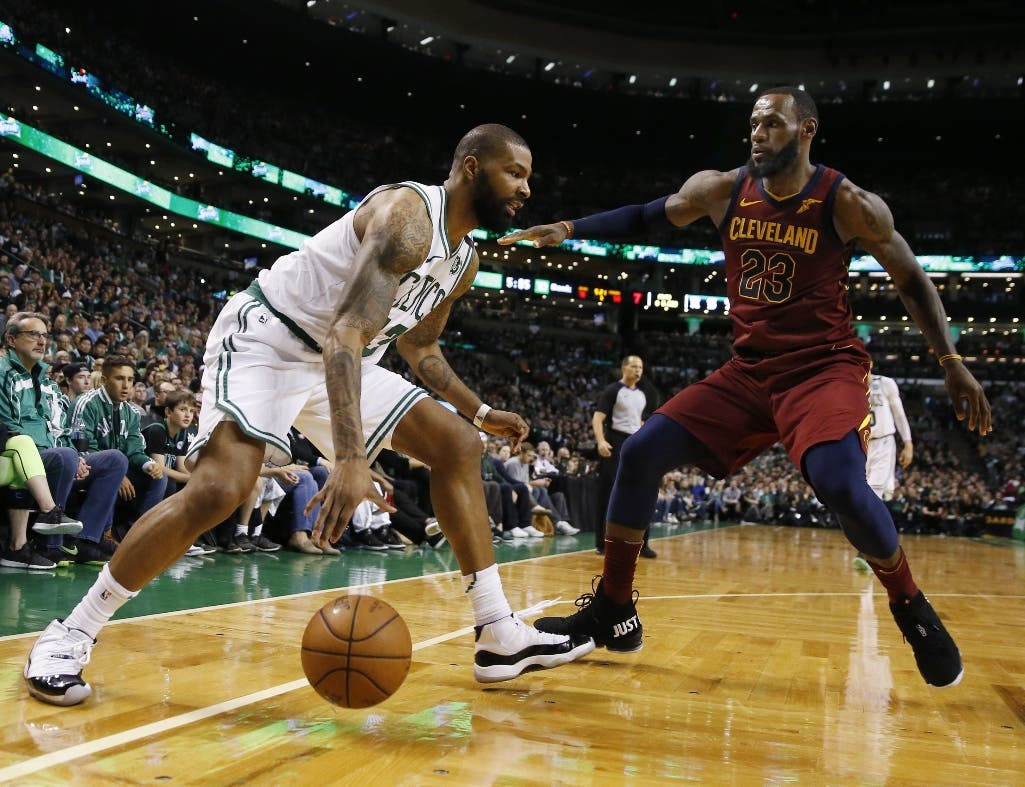 Marcus Morris (13), de los Celtics de Boston, dribla frente a LeBron James (23), de los Cavaliers de Cleveland, en el primer partido de la final de la Conferencia Este de la NBA en Boston, el domingo 13 de mayo de 2018. (AP Foto/Michael Dwyer) fFoto de archivo.