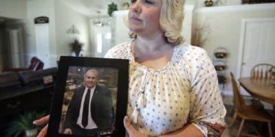 Fotografía de archivo del 13 de julio de 2016 de Laurie Holt mostrando una fotografía de su hijo Josh Holt en su casa en Riverton, Utah. Josh Holt fue puesto en libertad en Venezuela después de pasar casi dos años tras las rejas por cargos de posesión de armas. (AP Foto/Rick Bowmer, Archivo)
