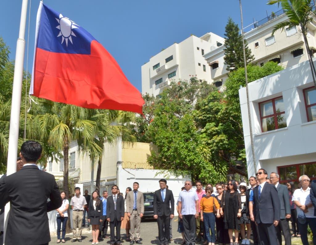 La bandera de Taiwán es retirada de la embajada de esa nación en el país. Foto:  Ana Mármol/El Día.