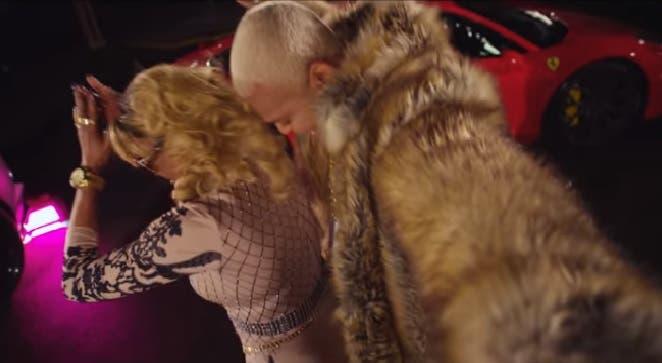 Fefita La Frande (de 74 años de edad) y El Mayor, en una escena del video de la canción Menéate.
