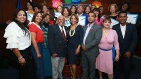 La secretaria de la Seccional del Distrito Nacional, Brunilda Romero,  Adriano De La cruz, presidente del CDP y los demás miembros de la directiva, junto a las periodistas reconocidas.