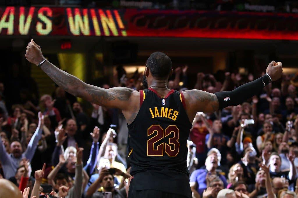 LeBron James vuelve a ser verdugo de Raptors y da tercer triunfo a Cavaliers