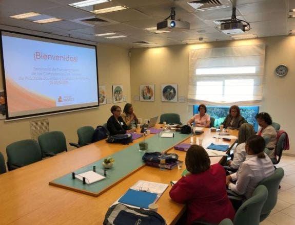 El objetivo central del Seminario es elaborar la estructura de un proyecto para la formación de tutores de prácticas docentes y maestros anfitriones.
