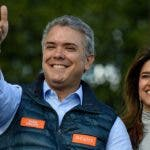 Duque, de 41 años, es el más joven de la baraja de candidatos a la presidencia en las elecciones del próximo domingo, en las que se presenta como abanderado de un sector de la sociedad insatisfecho con el acuerdo de paz firmado con las FARC y que teme que el país se convierta en una segunda Venezuela.