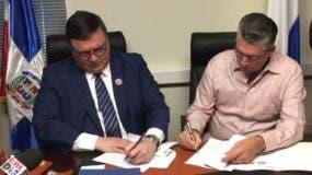 Porfirio López Nieto y Eric Rivero suscriben el acuerdo.